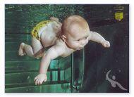 Baby Louis taucht beim Babyschwimmen