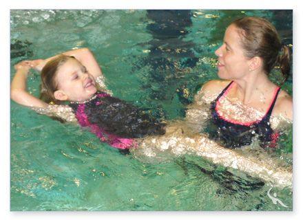 Übungen beim Kinderschwimmen