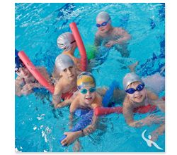 Kinderschwimmgruppe im Wasser