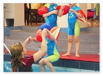 Übungen beim Kleinkinderschwimmen