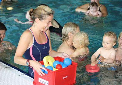 Schwimmkurs Babys im Wasser