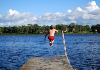 Kind geht allein Schwimmen im See