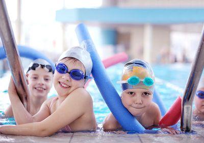 Kleinkinder beim Gruppenschwimmen