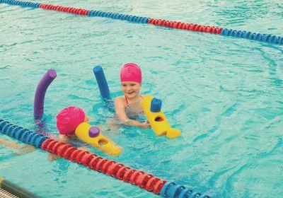 Kleinkinder lernen Schwimmen mit Schwimmnudeln