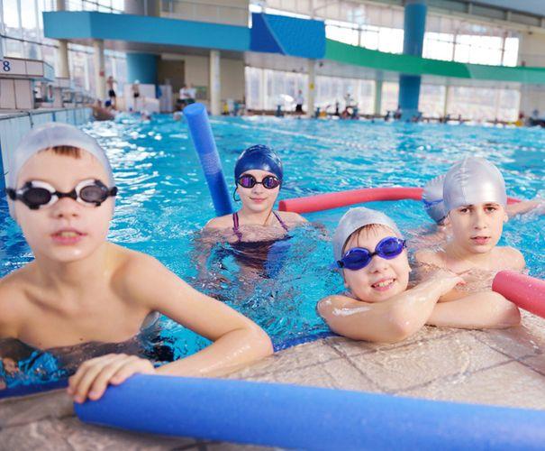 Kleinkinder Schwimmgruppe im Wasser